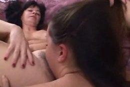 Молодая лижет зрелой лесбиянке