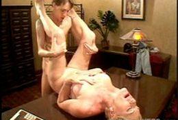Секс на столе с женщиной старше