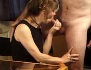 Зрелая женщина сексуально отдыхает