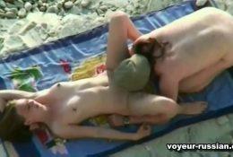 Русские нудисты загорают на пляже