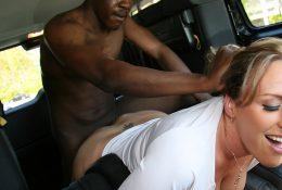 Зрелая Joey Lynn выебала молодого негра у себя в машине