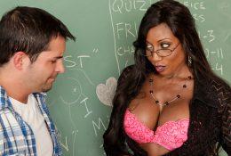 Чёрная учительница и студент, мечтающий о её сиськах