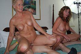 Зрелые тётки ебутся с молодыми парнями