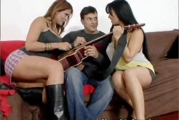 Две зрелые дамы трахнули учителя музыки